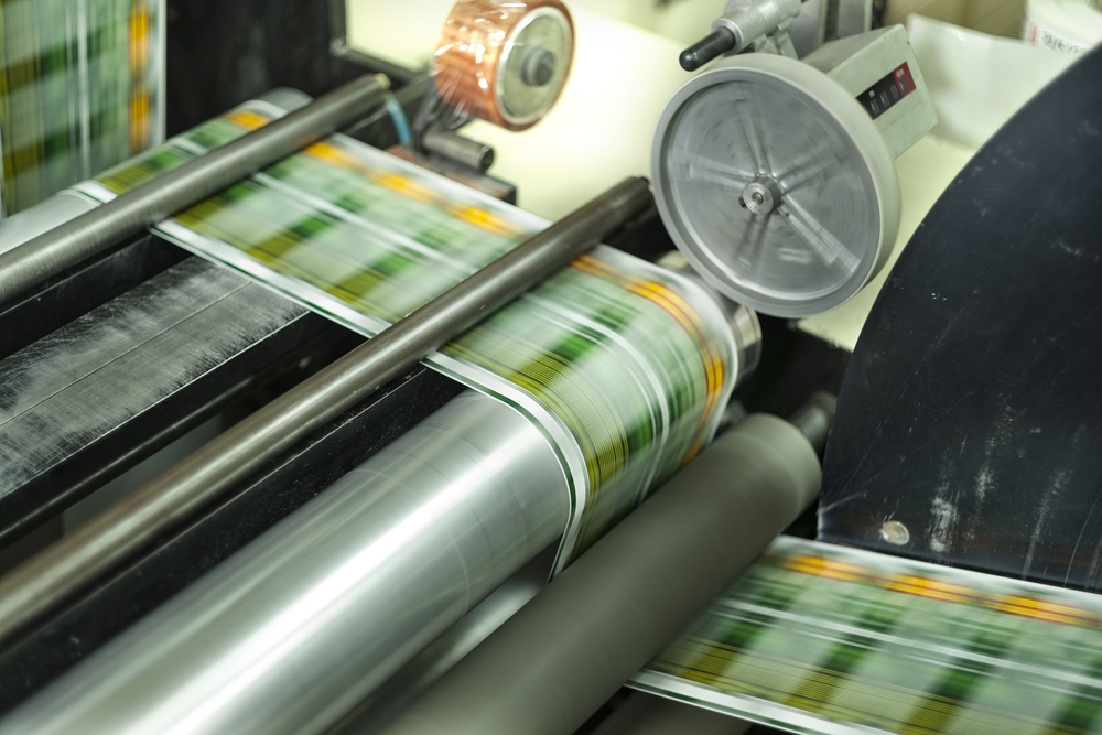 Label printing machine with fast-moving labels
